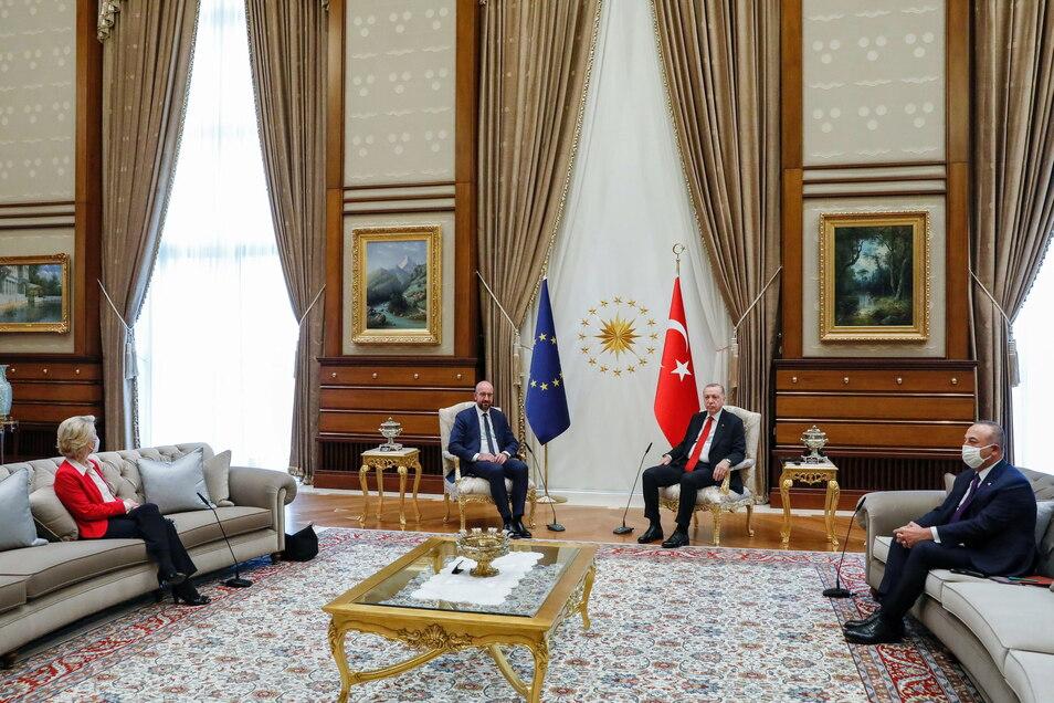 Ursula von der Leyen hätte auf Augenhöhe mit dem türkischen Staatschef Recep Tayyip Erdogan und dem EU-Ratspräsidenten Charles Michel platziert werden müssen. Stattdessen musste sie aufs Sofa.