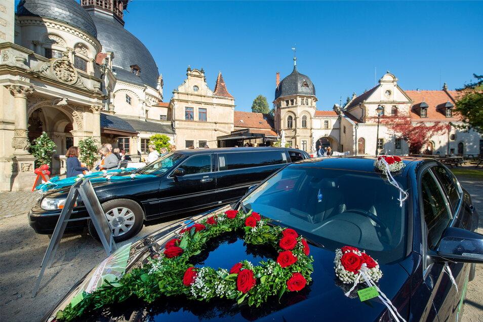 Unter azurblauem Himmel präsentieren sich auch die besonderen Fahrzeuge als echte Hingucker: Eine Stretch-Limousine und ein Fahrzeug mit Blumengesteck der Radeburger Firma Blumen-Puhane.