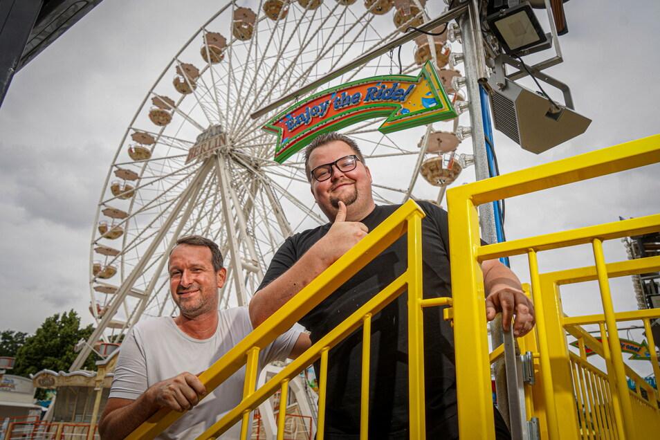 Das 40-Meter-Riesenrad von Sebastian Lorenz (l.) ist die Attraktion auf der Kirmes in Bautzen, für die Joe Probst als Platzchef die Verantwortung trägt.