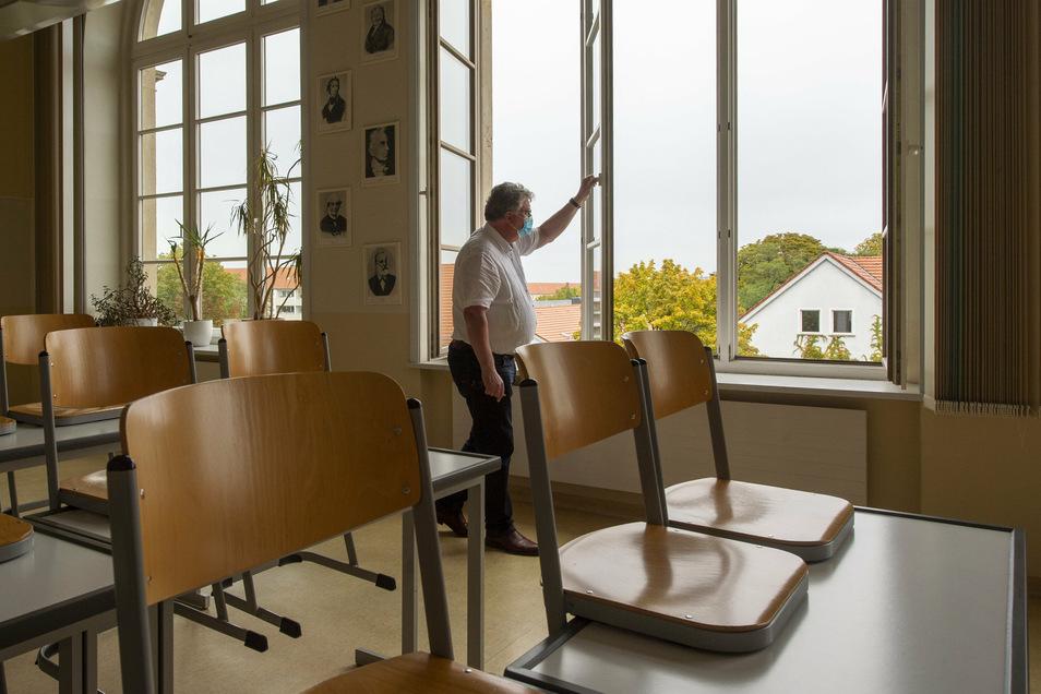 Klaus Liebtrau, Leiter des Großenhainer Werner-von-Siemens Gymnasiums, öffnet in einem Fachkabinett der Schule die Fenster. Denn: Ohne Lüften geht momentan gar nichts.