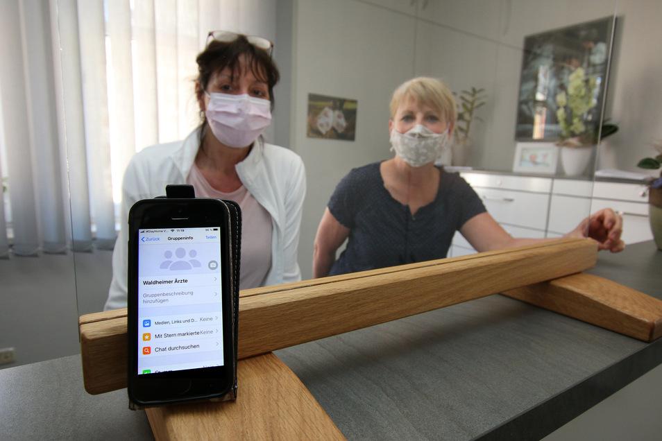 Gynäkologin Heidrun Teubel, hier mit Schwester Kathrin (rechts), freut sich, dass die in der Corona-Krise ins Leben gerufene Ärzte-Whatsapp-Gruppe für alle Waldheimer Haus- und Fachärzte zum schnellen Informationsaustausch rege genutzt wird.