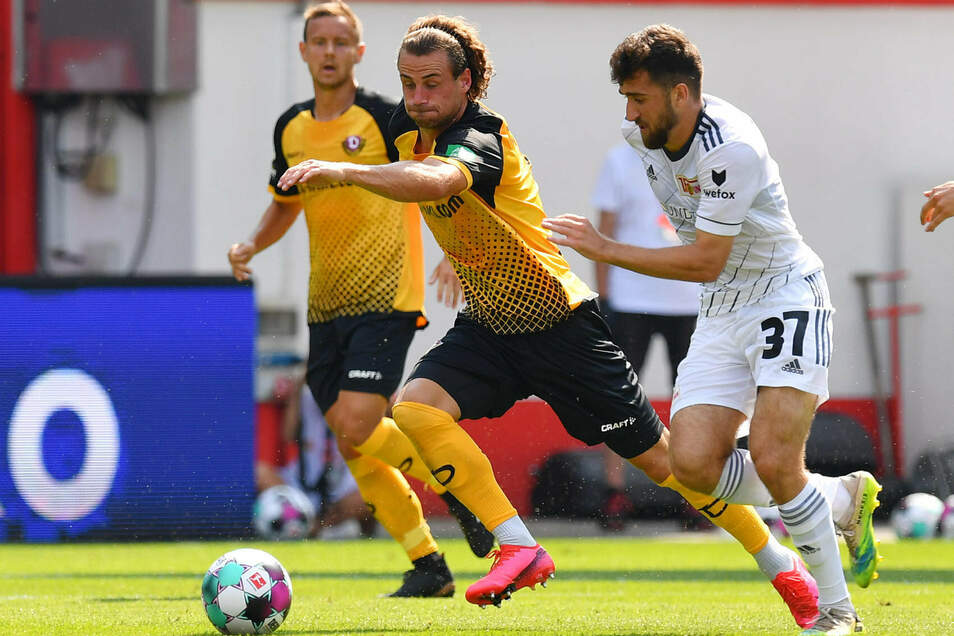Dynamos Yannick Stark setzt sich hier gegen den Unioner Berkan Taz durch, die Dresdner verlieren trotzdem in Berlin.