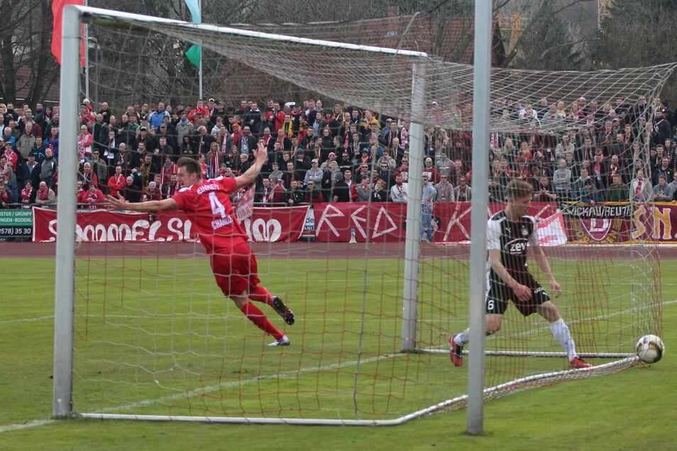 Erinnerungen werden wach. In der Pokalsaison 2015/16 gab es die Partie Kamenz gegen Zwickau schon einmal, damals im Halbfinale. Der Kamenzer Jan Charuza erzielte das 1:1, am Ende gewann Zwickau knapp mit 2:1.