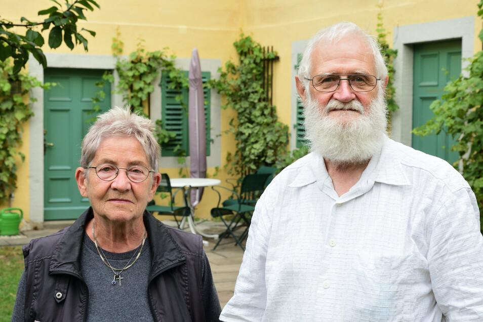Hedda Gehm und Jörg Herrmann vor dem Weber-Museum in Hosterwitz.