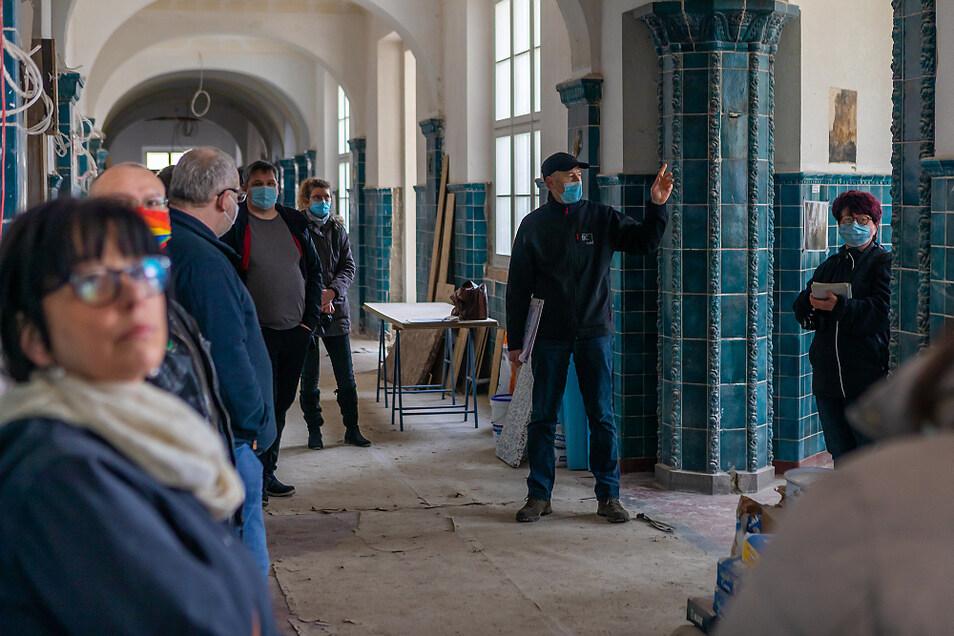 Bauleiter Ralf Bogun gab den Stadträten, Gemeinderäten und Ortschaftsräten einen Überblick über den Stand der Baumaßnahmen an der Grundschule am Markt in Laubusch.