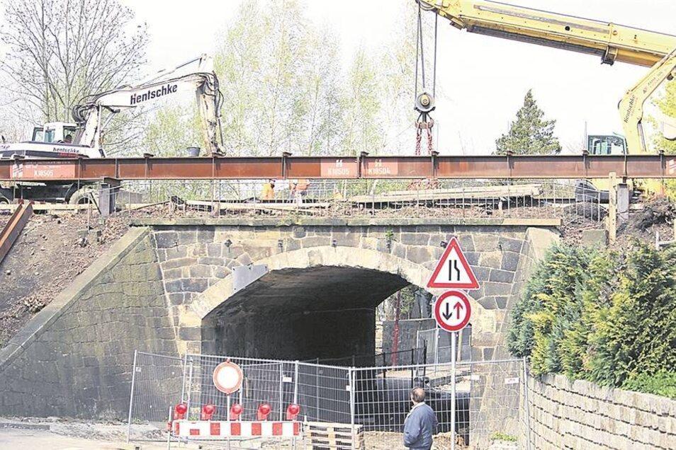 Links neben der Brücke ragt ein Stahlträger knapp einen halben Meter aus dem Bahndamm. Er wurde zehn Meter tief in den Damm gerammt. Auf solchen Trägern ruht die Ersatzbrücke.
