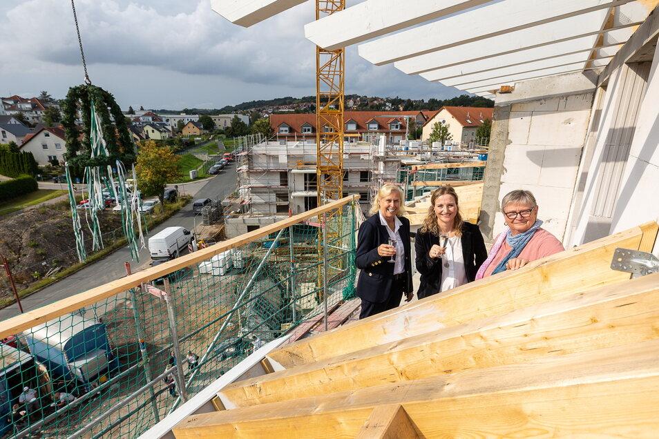 Richtfest für eine neue Wohnanlage der Gewo: Aufsichtsrätin Cornelia Walther sowie die beiden Vorstände Friederike Ebert und Angela Malucha können anstoßen.
