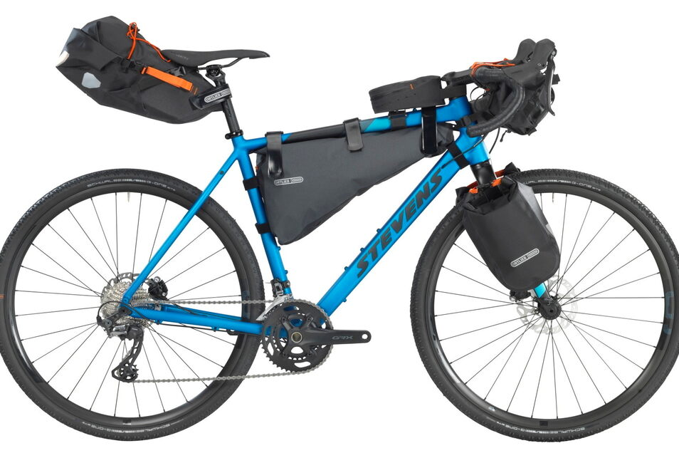 Wer Strecken mag, die fürs Mountainbike langweilig und fürs Rennrad unfahrbar sind, steigt aufs Gravelbike. Das rund 1.800 Euro teure Steven Prestige bietet zudem diverse Befestigungspunkte für Gepäcktaschen und Flaschen.