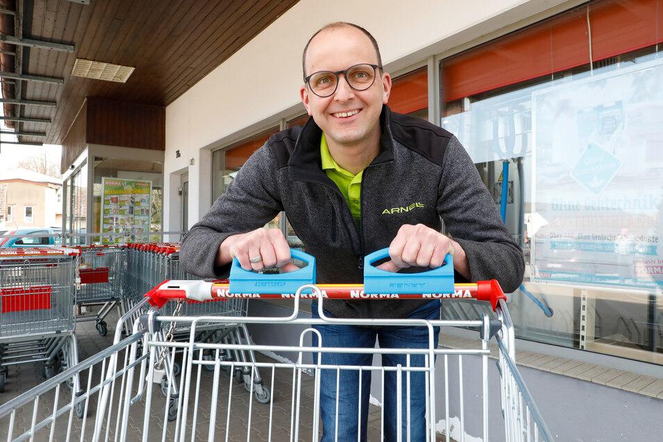 Den Einkaufswagen hygienisch im Griff: Thomas Scholz, Geschäftsführer von Arnell, mit den neu produzierten persönlichen Einkaufswagengriffen.