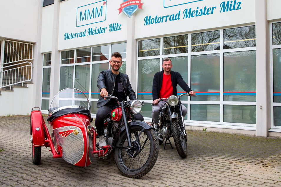 Auf in den Lenz: Alexander Hübner (l.) und Marcel Winkler vom Teilegroßhändler Motorrad Meister Milz in Pirna auf historischen Maschinen, einer Touren-Awo von 1953 (vorn) und einer Zündapp von 1963.