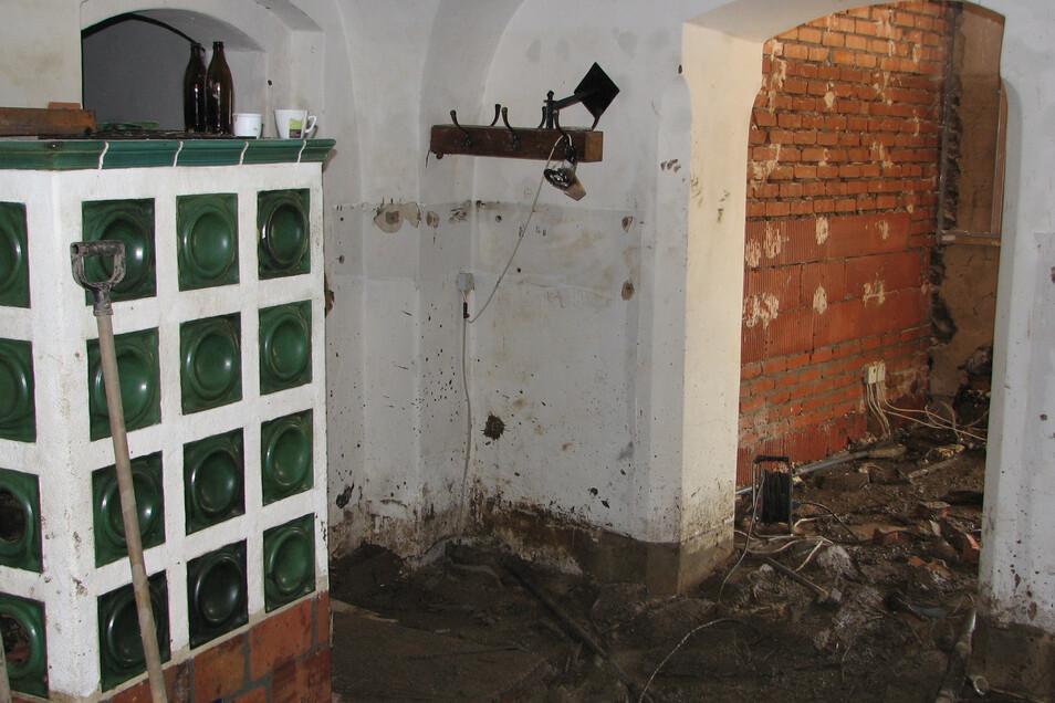 So schlimm sah es im Gastraum der Obermühle aus, als das Wasser endlich zurückgegangen war.