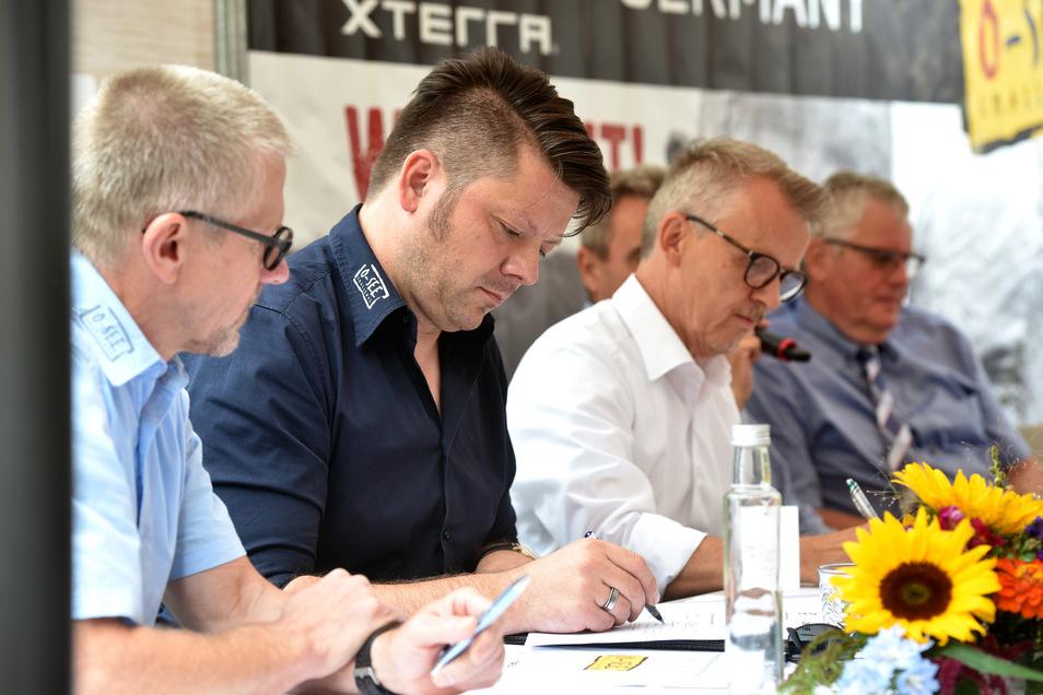"""O-See-Cheforganisator Klaus """"Benno"""" Schwager, Zittaus Oberbürgermeister Thomas Zenker und Olbersdorfs Bürgermeister Andreas Förster (v.l.) haben am Donnerstag eine Kooperationsvereinbarung für die Challenge unterzeichnet."""