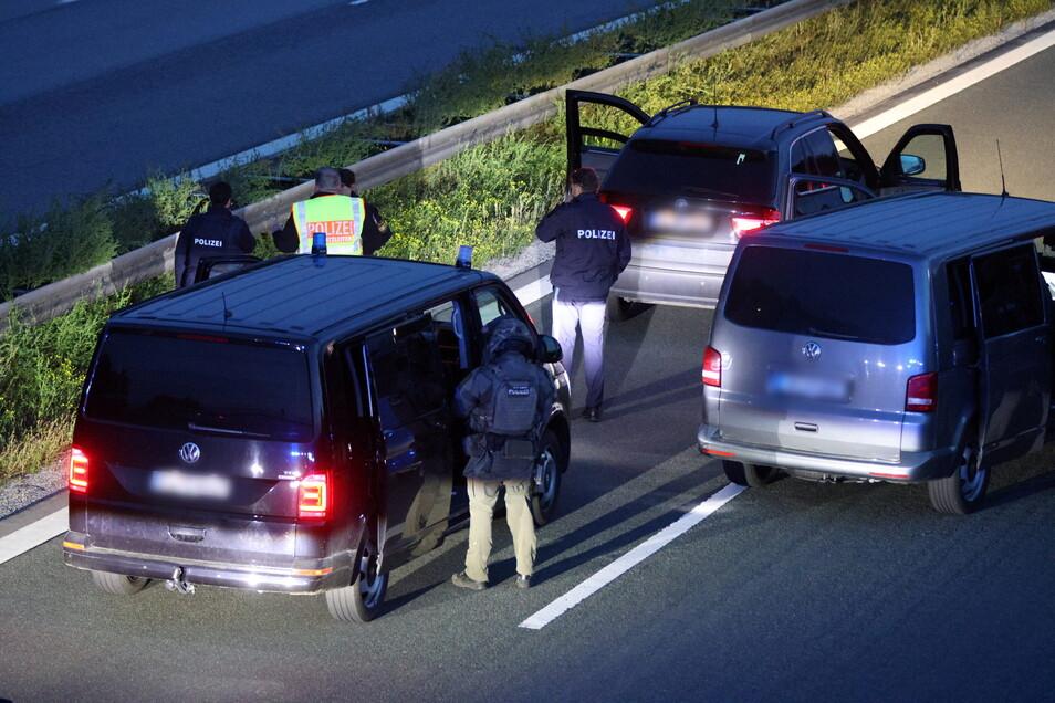 Polizisten stehen mit ihren Fahrzeugen auf der A9: Wegen eines mutmaßlich bewaffneten Passagiers in einem Reisebus hat die bayerische Polizei die Autobahn komplett gesperrt
