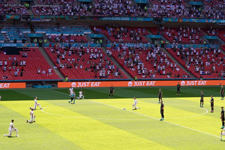 Bei bisherigen EM-Spielen, wie der von England gegen Kroatien, waren im Wembley Stadion in London 40.000 Zuschauer zugelassen, zu den nächsten sollen es 60.000 sein.