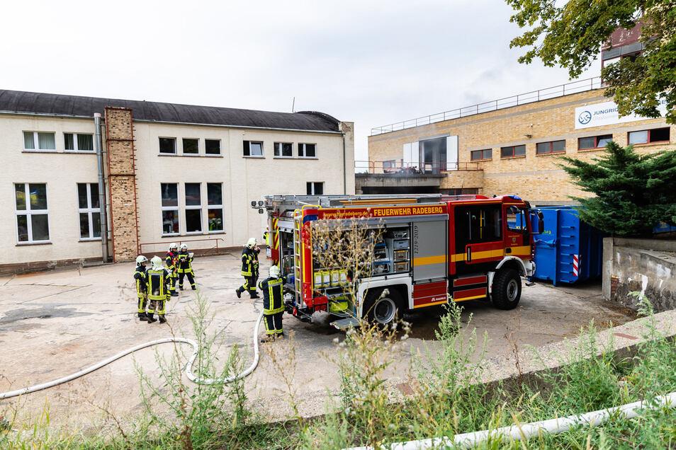 Feuerwehrleute mussten am Montagnachmittag zu einer Radeberger Firma ausrücken.