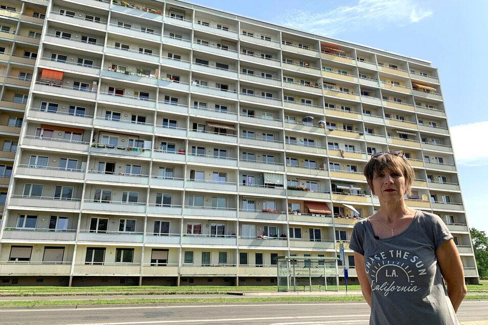 """Grit Lemke, aufgewachsen in Hoyerswerda, vor dem letzten noch vorhandenen Block des damaligen Vertragsarbeiterwohnheims. Sie wohnte in der gleichen Straße, wurde vom Angriff im benachbarten Jugendklub """"Der Laden"""" völlig überrascht."""