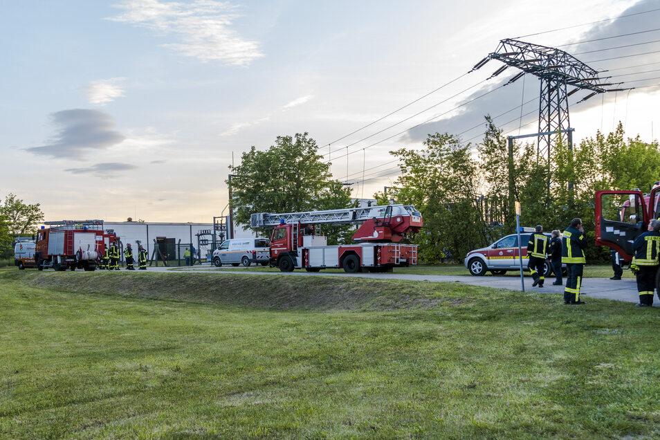 Mehrere Stunden lang war die Feuerwehr Montagabend am Umspannwerk in Gröba vor Ort.