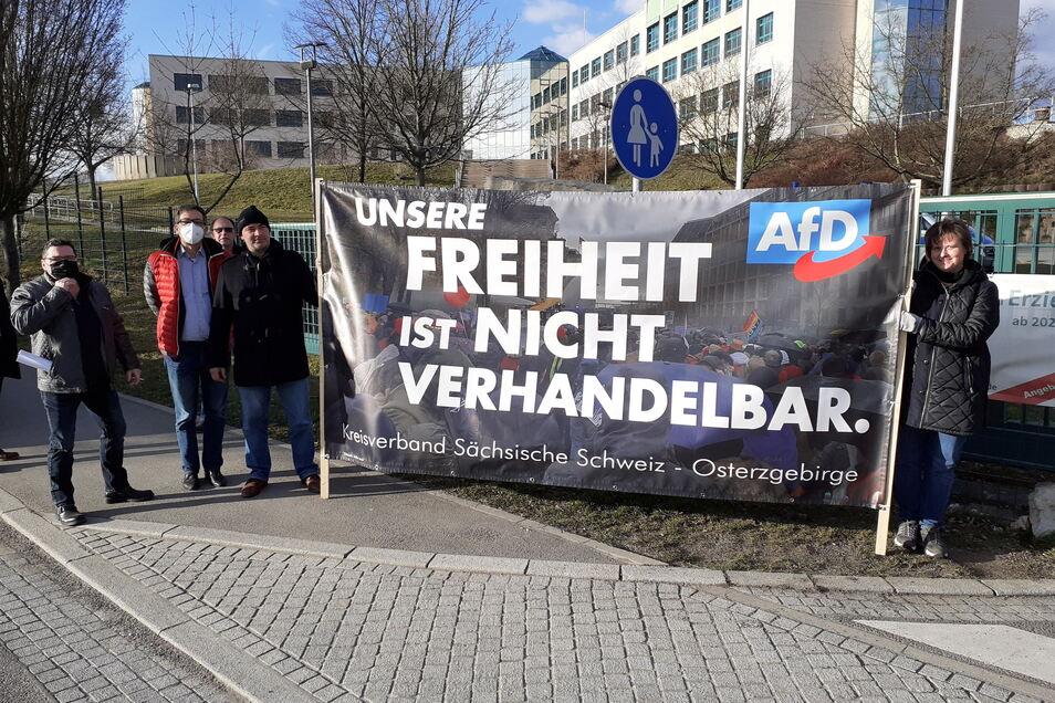 Die Kreisräte der AfD, Bernd Schneider, André Barth, Mike Herrmann und Steffen Janich (v.l.) protestierten vor dem BSZ in Pirna-Copitz. Von der FDP gab es dafür Kritik.