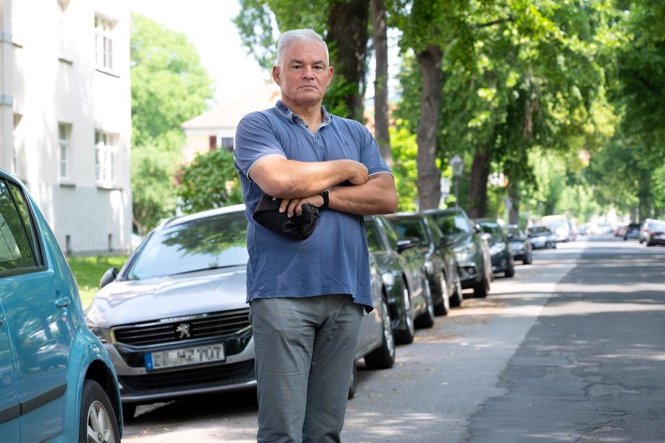 Peter Krüger wohnt am Toeplerpark und weiß, wie knapp Parkplätze schon jetzt in diesem Wohngebiet sind. Mit der geplanten Umleitung würden viele Stellplätze wegfallen.