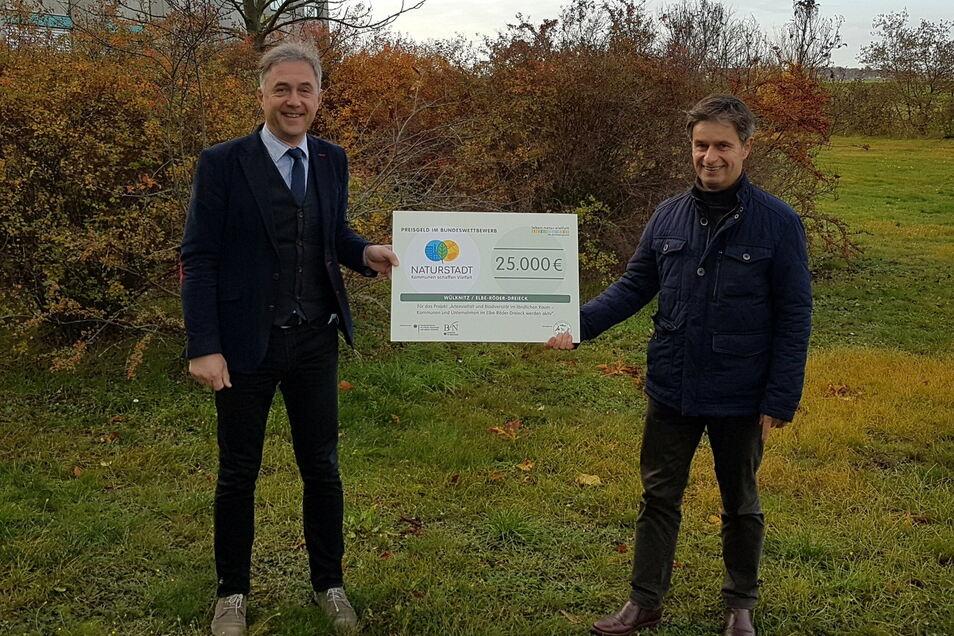 Der Wülknitzer Bürgermeister Hannes Clauß (rechts) und Jochen Reinicke, der Vereinsvorsitzende des Elbe-Röder-Dreieck e. V., freuen sich über das zugesagte Preisgeld.