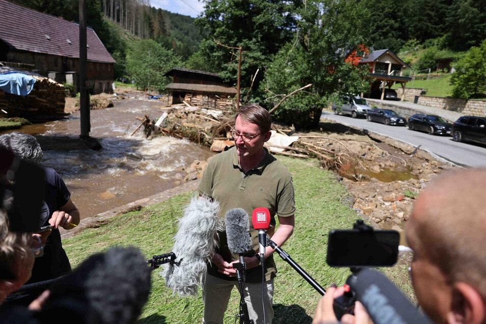 Innenminister Roland Wöller (CDU) besuchte am Sonntag das Hochwassergebiet in der Sächsischen Schweiz. In Reinhardtsdorf-Schöna verschaffte er sich ein Bild von den Schäden, die durch Erdrutsche und Überflutungen verursacht wurden.