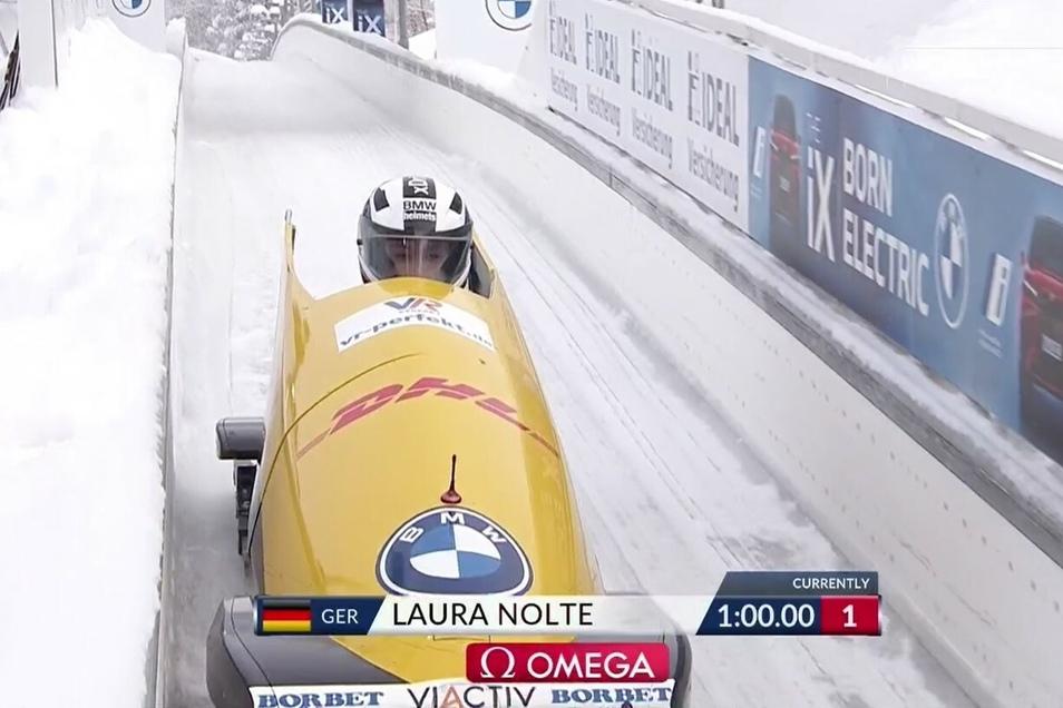 Bahnrekord in Lauf eins, und was für einer: Exakt eine Minute benötigte Laura Nolte für die Fahrt mit ihrem Monobob im 1,4 Kilometer langen Altenberger Eiskanal.