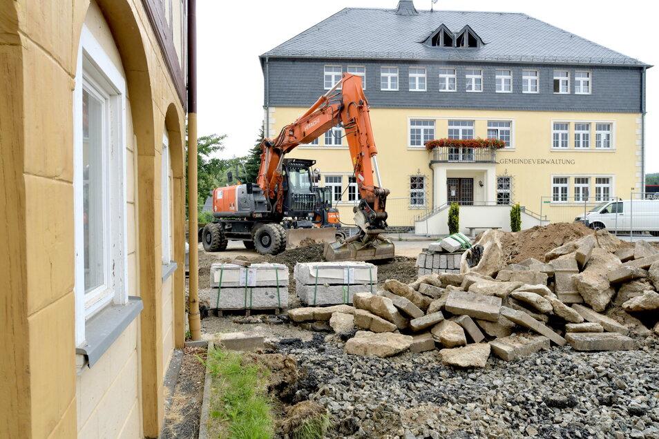 Direkt vor dem Gemeindeamt entsteht jetzt auf der Fläche bis zur B96 ein Rast- und Informationsplatz in Oderwitz.