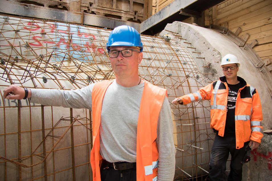 Projektleiter Heiko Nytsch (vorn) und Bauleiter Philipp Kühne vor dem gewaltigen Hauptkanal, der saniert wird. Durch eine aufwendige Lösung gibt es während der Arbeiten kaum Verkehrseinschränkungen.