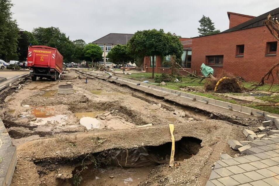 Nicht nur die die Kita selbst wurde zerstört, sondern auch die Straße davor.