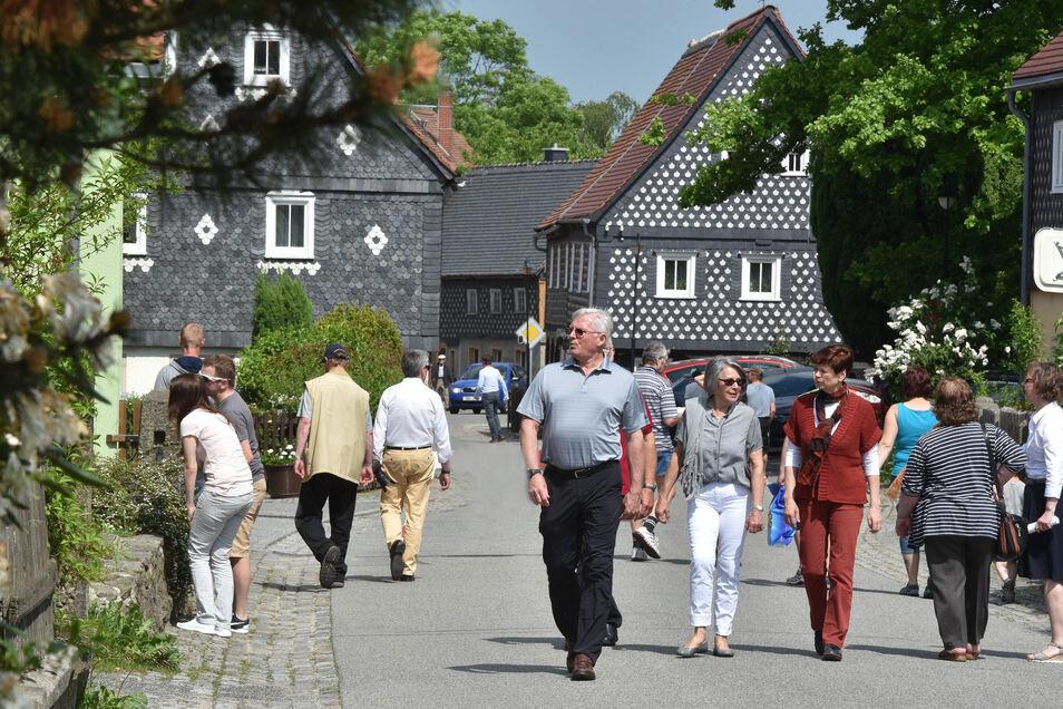 Zum Tag des offenen Umgebindehauses kommen Hunderte Besucher, wie hier nach Obercunnersdorf.