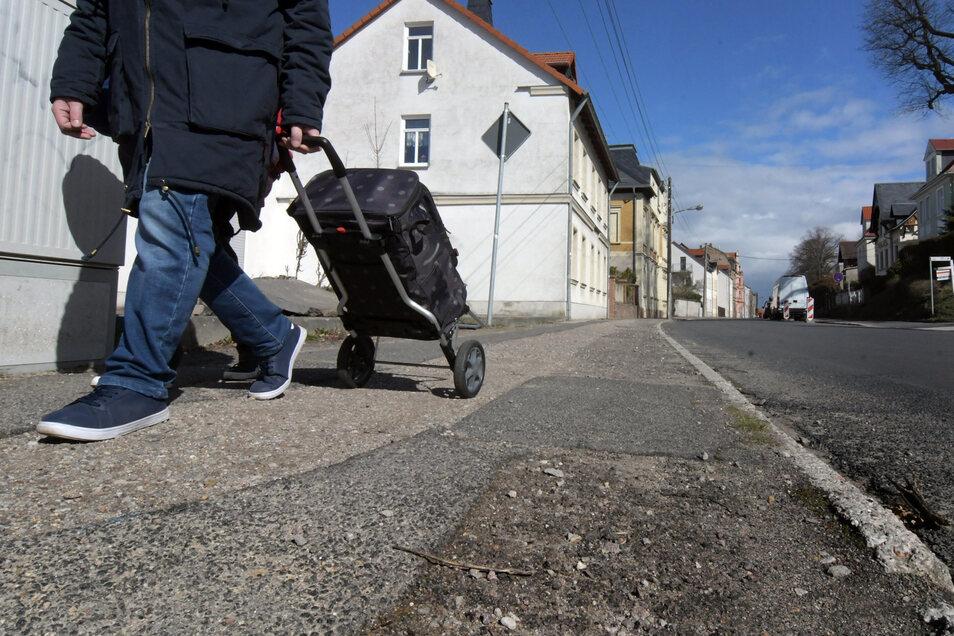 Die Colditzer Straße in Leisnig ist in einem schlechten Zustand. Jetzt lässt die Stadt ein Stück des Fußweges erneuern.