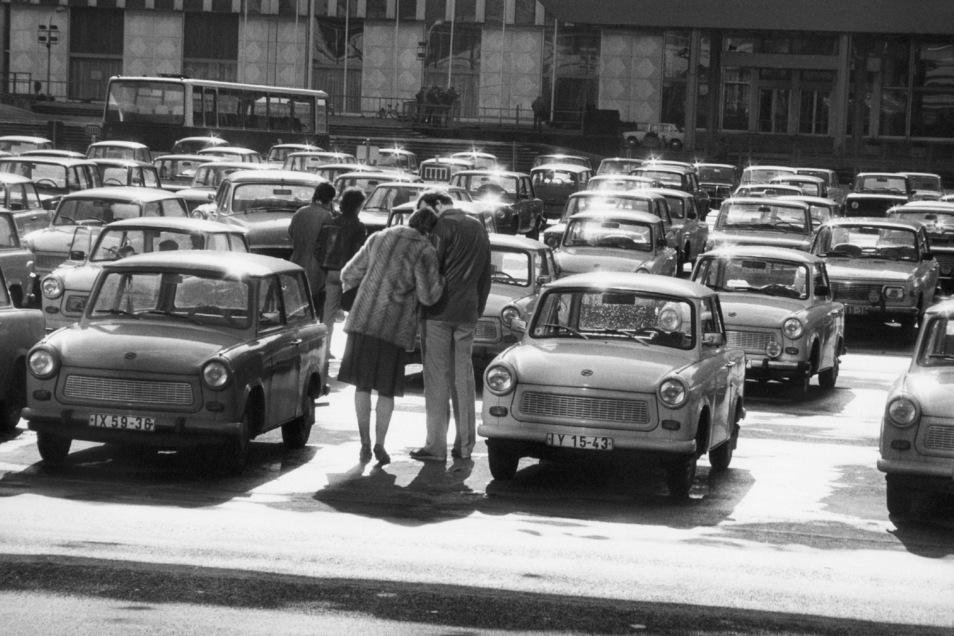 Harald Hauswald fotografierte im Jahr 1984 in Ost-Berlin auf dem Marx-Engels-Platz (heute Schloßplatz) ein inniges Paar auf dem Parkplatz.
