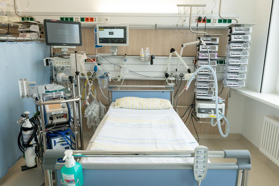 """Ein Bett auf einer Intensivstation der Uniklinik Dresden. """"Sachsens Krankenhäuser sind für Behandlung schwerkranker Covid-19-Patienten gut vorbereitet"""", sagt Gesundheitsministerin Petra Köpping."""