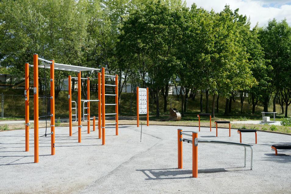 und Klettergeräte, die mit Anleitung als Fitnessstrecke genutzt werden können.