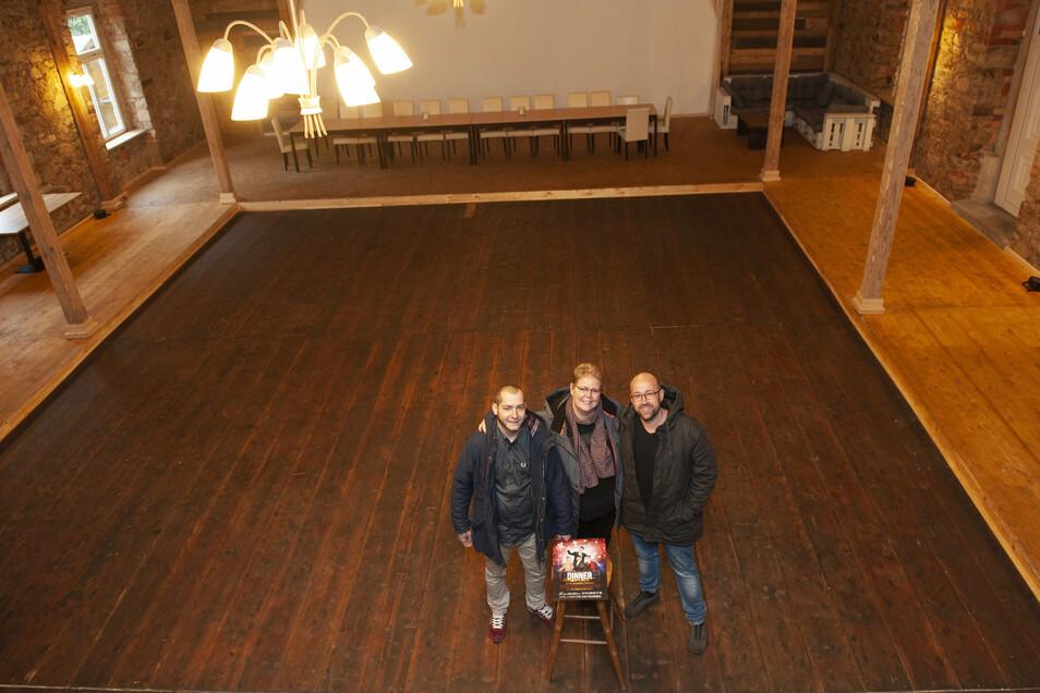 Rat- aber nicht mutlos: Martin Freiberg, Andrea Müller und Rene Mikat (v.l.) hoffen, dass der wiederbelebte Saal im Gasthof Großdobritz für das Dinner Varieté und auch künftige Events genutzt werden darf.
