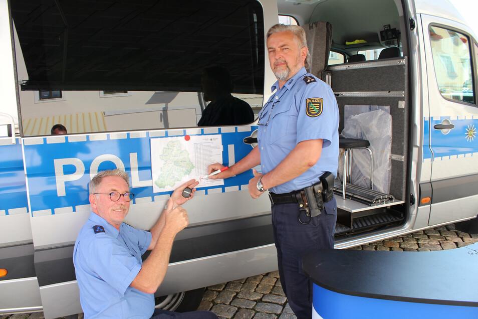 Polizeihauptkommissar Uwe Nerger (rechts) und Polizeihauptmeister Andreas Pforte waren mit dem Präventionsmobil der Polizeidirektion Chemnitz unterwegs.