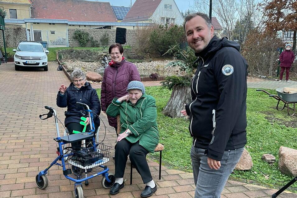 Radiomoderator Silvio Zschage hat die Bewohner im Betreuten Wohnen in Ostrau besucht.