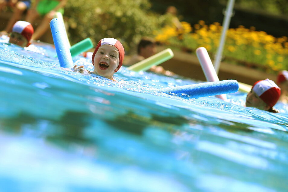 Im Radeberger Stadtbad werden Schwimmkurse angeboten. Sie sind restlos ausverkauft.
