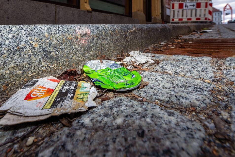 Auf der Bischofswerdaer Bahnhofstraße sammelt sich der Müll. Dort wird seit Monaten nicht gekehrt. Auch an anderen Stellen sieht es schlimm aus.