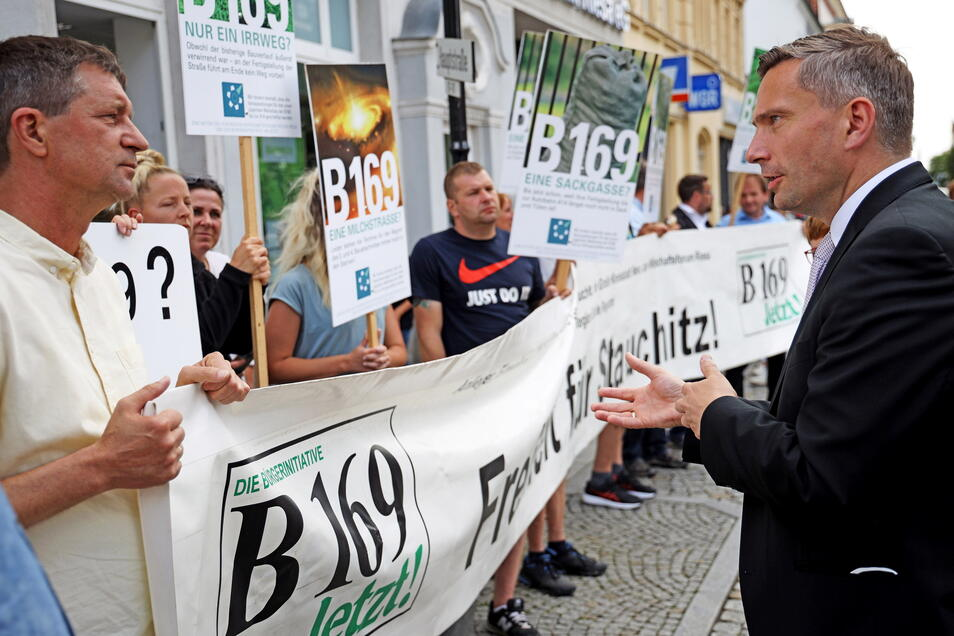 Sachsens Wirtschaftsminister Martin Dulig (SPD, r.) nahm sich Zeit für die B-169-Demonstranten um Stauchitz' Bürgermeister Dirk Zschoke (parteilos, l.)