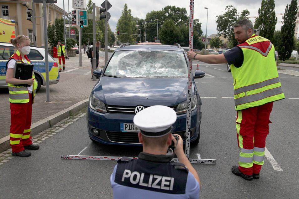 Die Fahrerin des VW erlitt einen Schock.