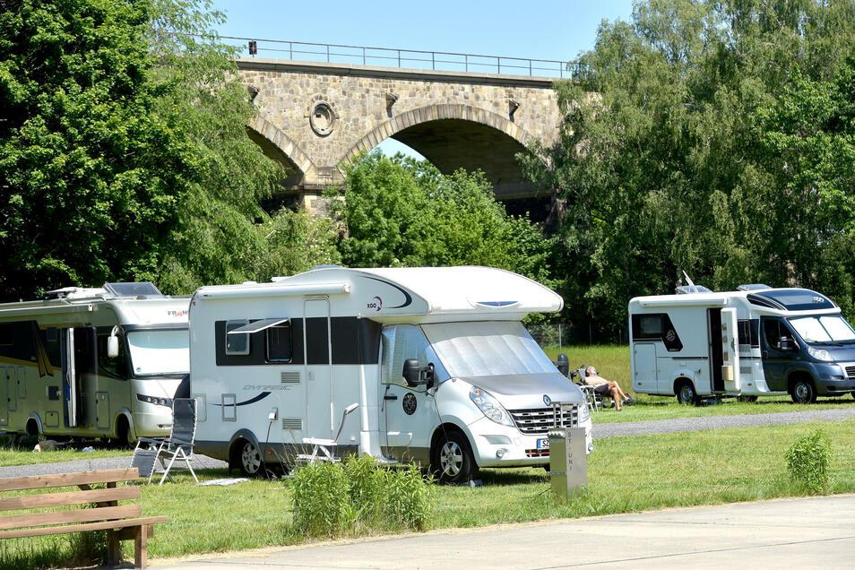 Einer von vielen Wohnmobilstellplätzen in Sachsen unterhalb der Bahnbrücke in Zittau.