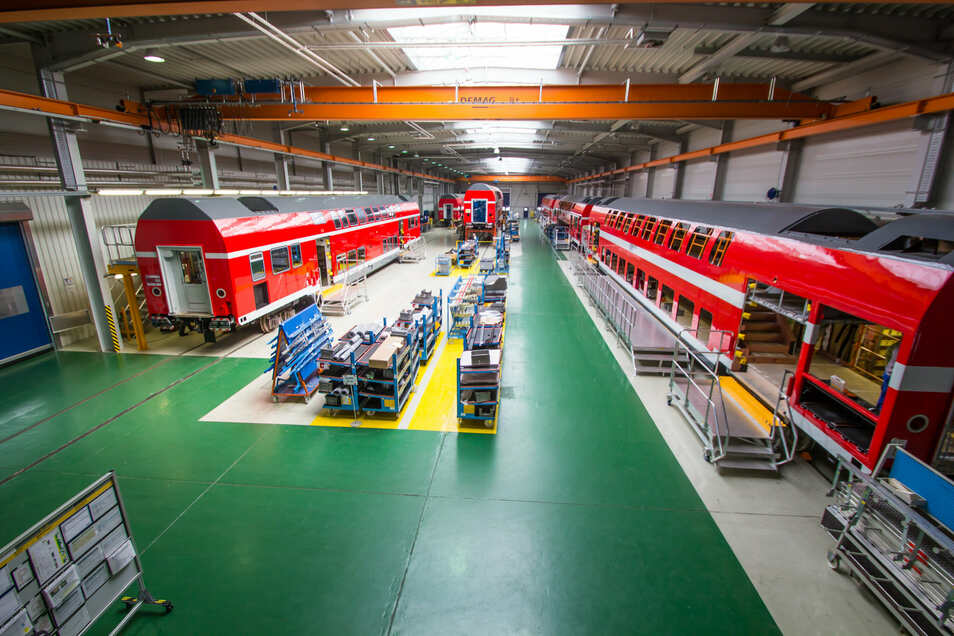 Blick in eine Montagehalle des Bautzener Bombardier-Werkes. Bis März 2021 will der französische Alstom-Konzern die Übernahme des Noch-Konkurrenten abschließen.
