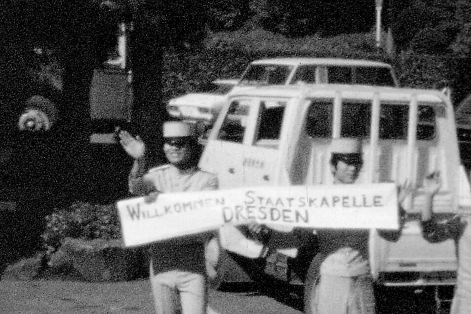 Willkommen im Nichtsozialistischen Währungsgebiet: Vor 60 Jahren empfingen Polizisten in Tokio die Staatskapelle auf Welttournee. Solobratschist Alfred Schindler hielt auch das mit seiner Handkamera fest.