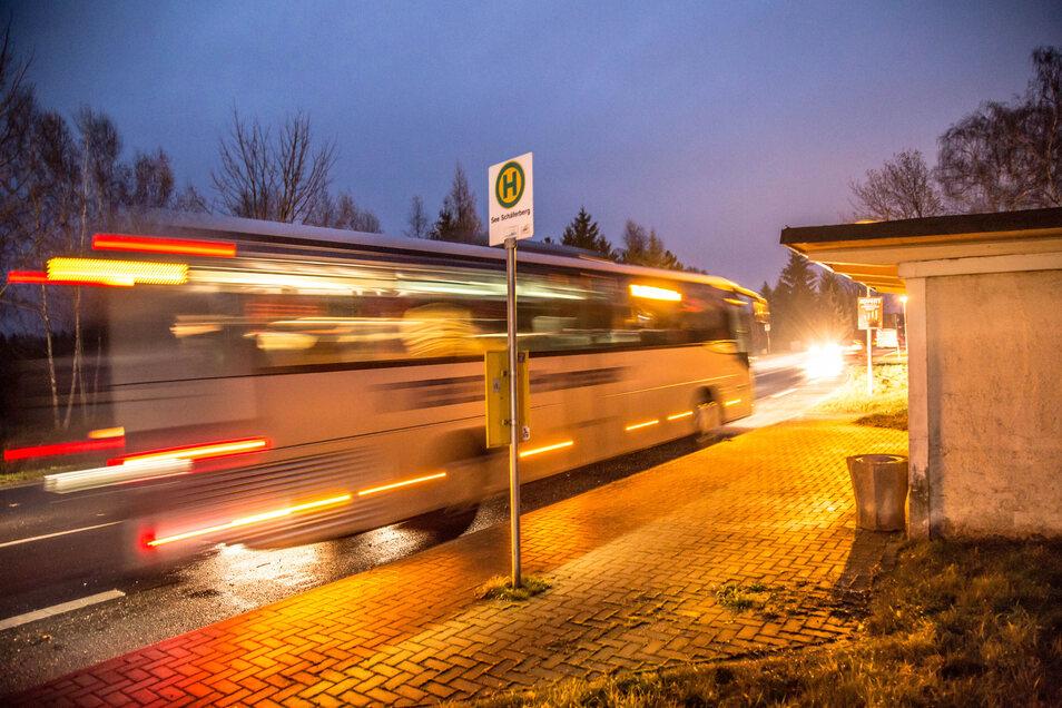 Ein Bus an einer Haltestelle bei Niesky.