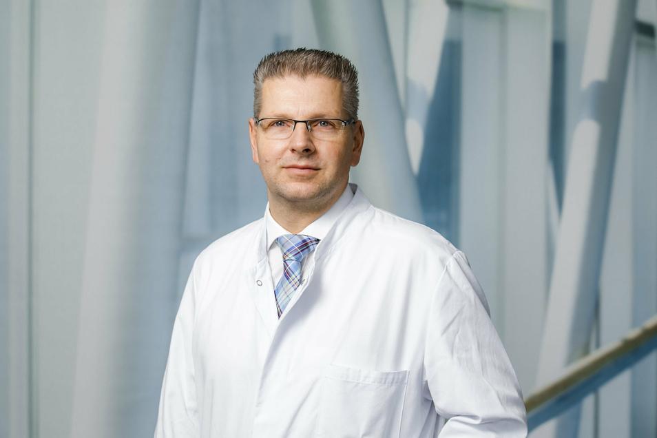 Prof. Dr. Oliver Stöltzing ist Chefarzt des Zentrums für Allgemein- und Viszeralchirurgie der Elblandkliniken und operiert in Riesa und Meißen.