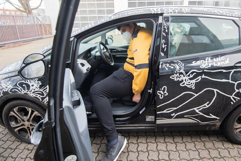 Jannik Könecke versucht in ein konventionelles Fahrschulauto einzusteigen.
