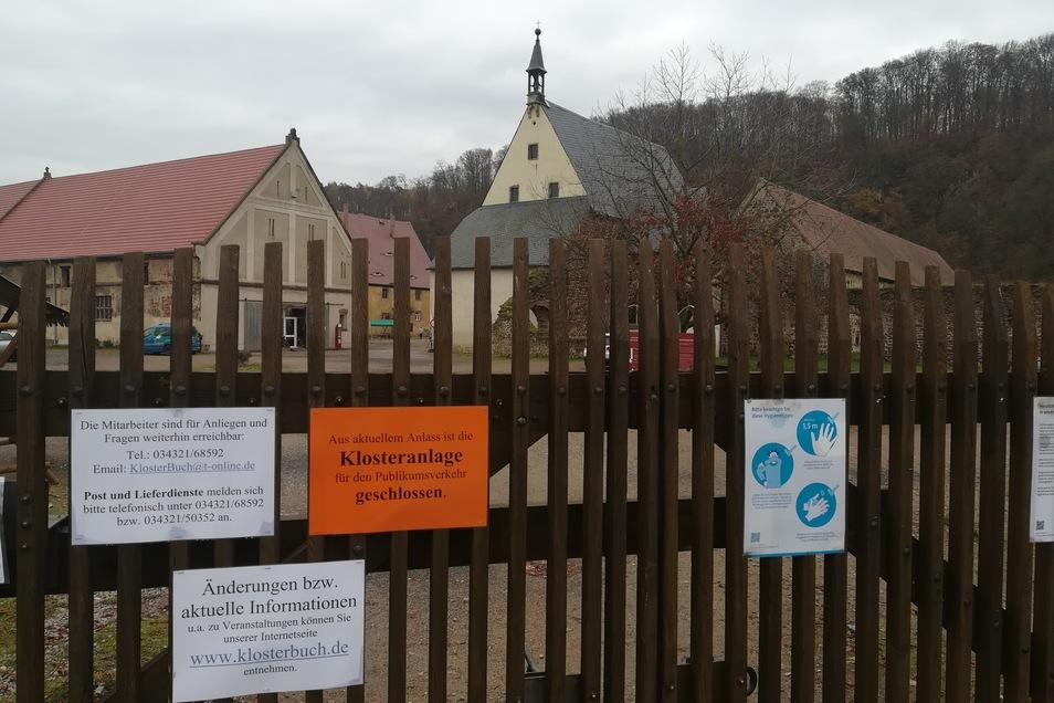 """Die Tore des Klosters Buch öffnen sich in diesem Jahr nur noch für Gäste, die """"Gans to go"""" oder einen Fotokalender bestellt haben. Einen Frischemarkt lassen die Corona-Schutzverordnungen nicht zu."""