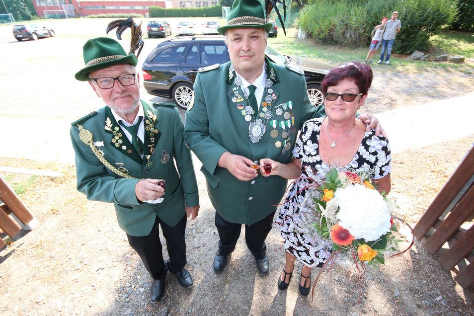 Tobias May (Mitte) aus Hainichens Partnerstadt Dorsten ist neuer Harthaer Schützenkönig. Begleitet wird er vom Vereinschef Dietmar Merkel und Uta Duille.