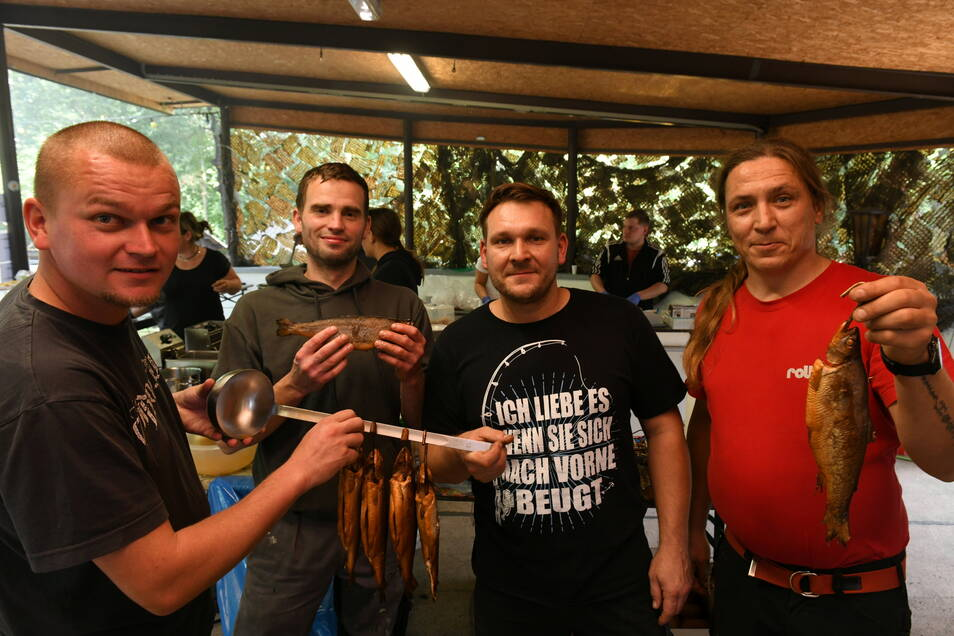 Felix Müller, Hendrik Damm, Frank Jockols und Ronny Zimmermann sorgten dafür, dass keiner hungrig das Festgelände am Noschkowitzer Wald verlassen musste.